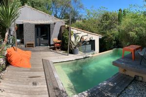 La terrasse et la piscine de la Suite IXOS